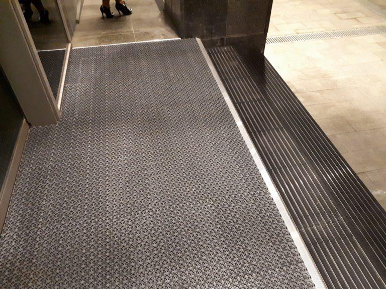 Грязезащитные покрытия и алюминиевые решетки ступени.