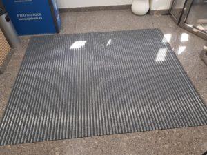 Алюминевая грязезащитная придверная решетка со вставками из текстиля.