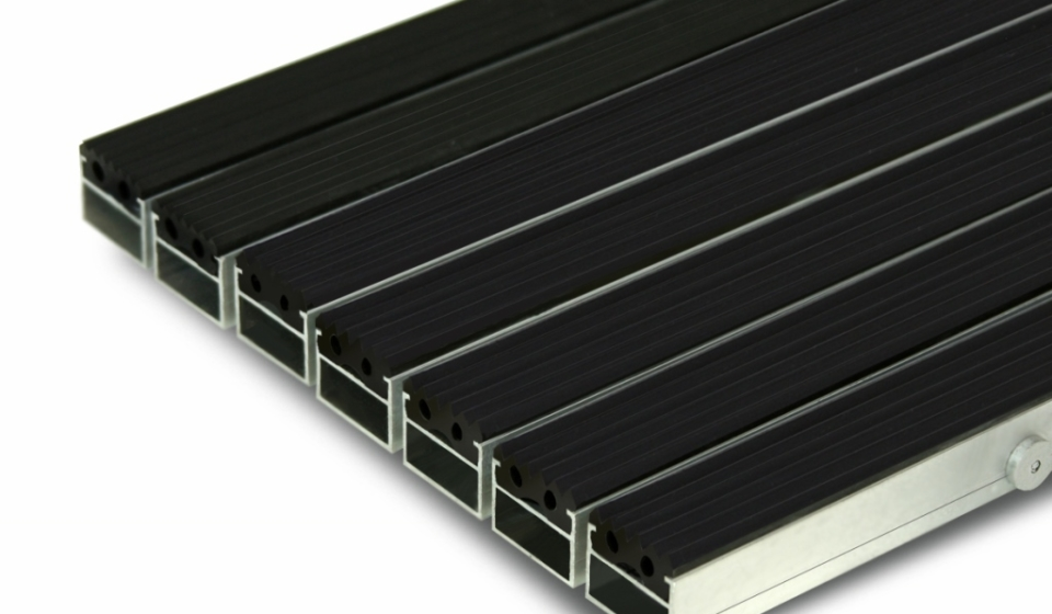 Грязезащитная алюминиевая придверная решетка Сату-Сити (резина).