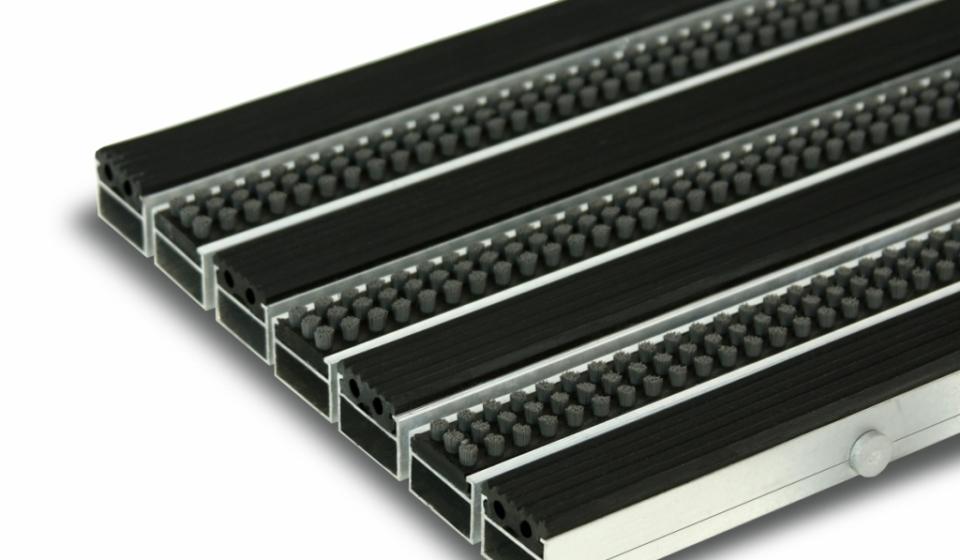 Грязезащитная алюминиевая придверная решетка Сату-Сити (резина и щетка).