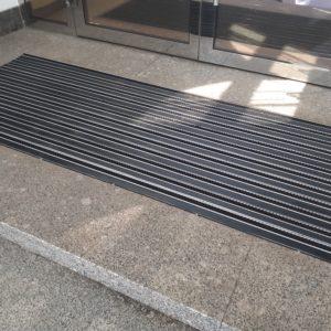 Грязезащитная алюминиевая придверная решетка Сату-Сити.