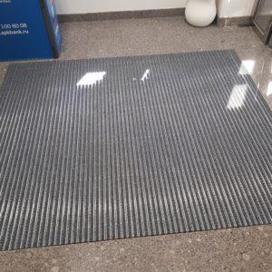 Алюминиевая решетка со вставками из текстиля в тамбуре.