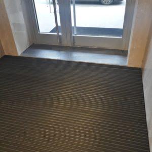 Укладка придверных алюминиевых решеток в ЖК.