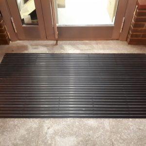 Алюминиевый придверный коврик на входе.