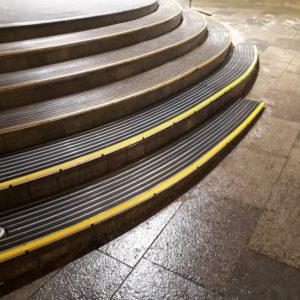 Укладка придверных решеток на ступени с изогнутой геометрией.