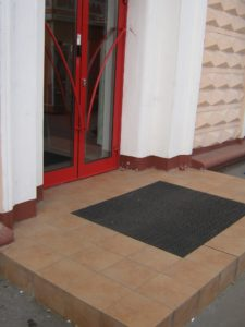 Грязезащитный модульный коврик у входа в банк.
