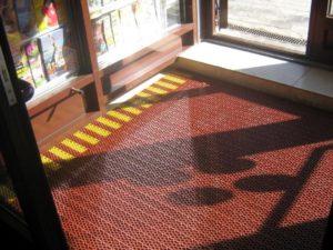 Грязезащитный модульный коврик со вставками желтого цвета.