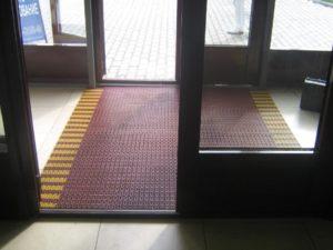 Сочетание коричневого и желтого цвета модульного покрытия.