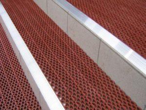 Грязезащитное модульное покрытия Сату на ступенях с порогами.