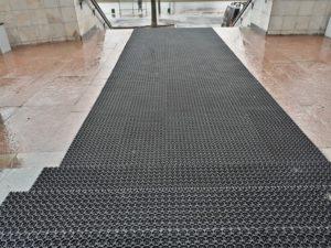Укладка входного грязезащитного модульного покрытия Сату-Антишпилька.