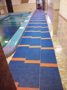 Дорожки для бассейна противоскользящие для скручивания в рулон.