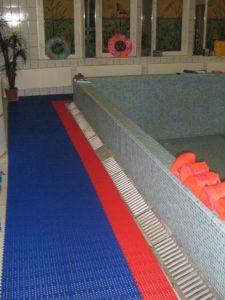 Для скручивания в рулон резиновый коврик вдоль бассейна.