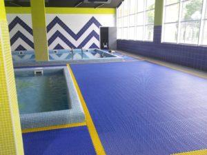 Рулонное противоскользящее травмобезопасное покрытие для бассейнов.
