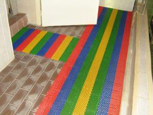 Противоскользящие коврики для бассейнов в детском учреждении.