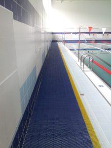 Рулонный антискользящий модульный коврик в бассейн.