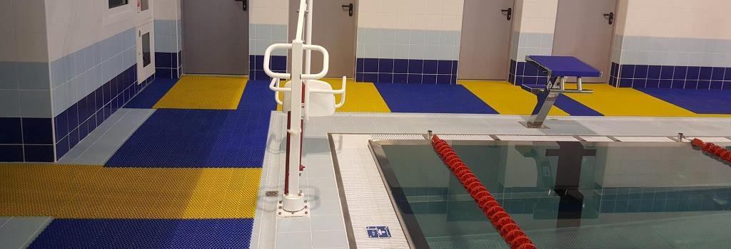 Противоскользящее покрытие в бассейн в стиле Икеа.